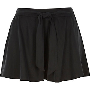 Black flippy shorts