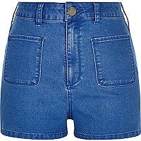 Leuchtend blaue Jeansshorts mit hohem Bund