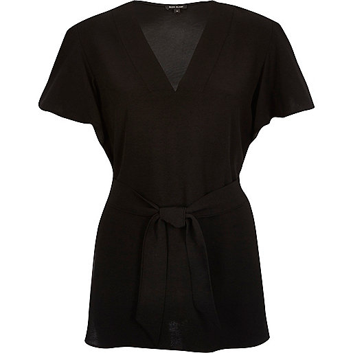 Schwarzes T-Shirt mit gerüschten Ärmeln