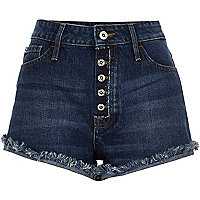 Blaue Jeansshorts in mittlerer Waschung im Used Look