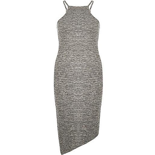 Graues, asymetrisches Kleid, figurbetont