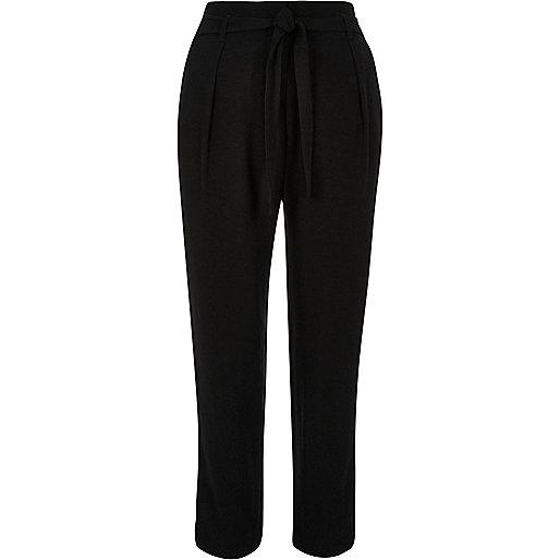 Pantalon noir doux fuselé avec cordon à la taille