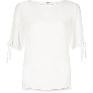 Weißes T-Shirt mit geschlitzten Ärmeln