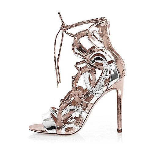 Chaussures argentées à talons et lacets effet cage