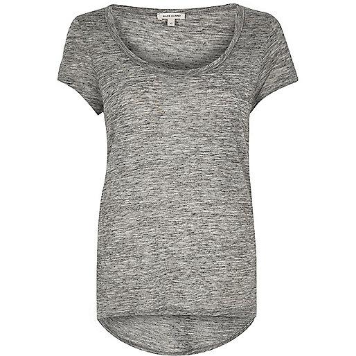 T-shirt gris à encolure dégagée