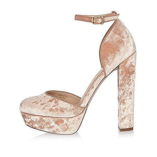 Chaussures en velours rose à talons et semelles plateforme