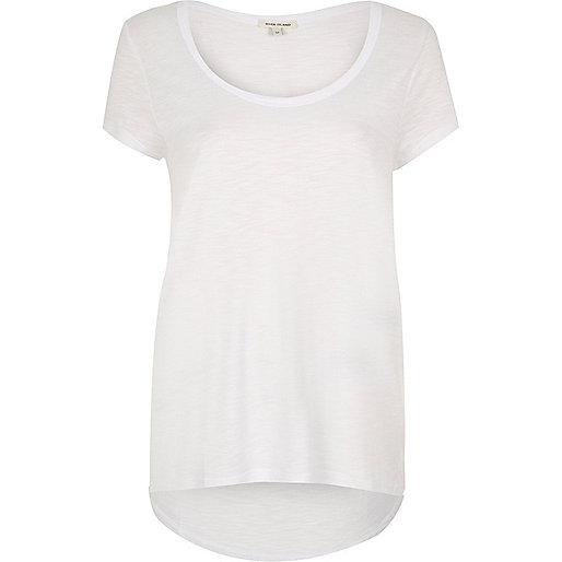 T-shirt blanc à encolure dégagée