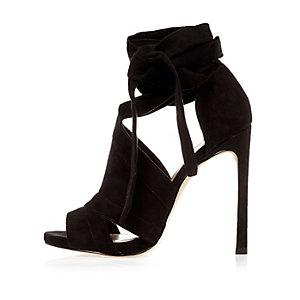 Schwarze Stiefel mit Zierausschnitten