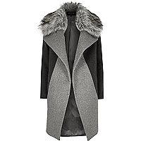 Grauer Mantel mit Kunstfellkragen