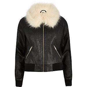 Schwarze Jacke mit Kunstfellkragen
