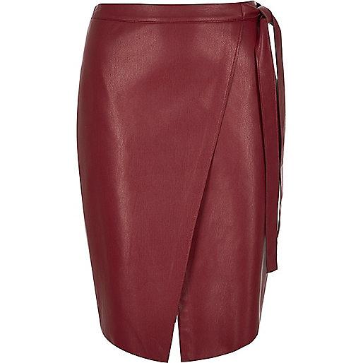Jupe mi-longue en cuir synthétique rouge style portefeuille