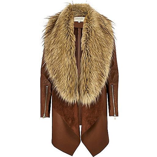 Manteau marron à pans et fausse fourrure