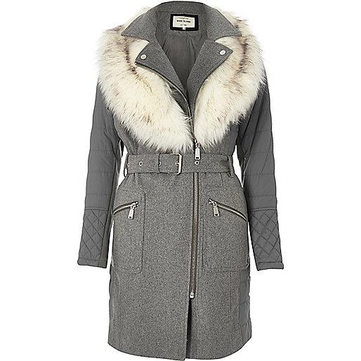 Manteau gris long rembourré avec fausse fourrure