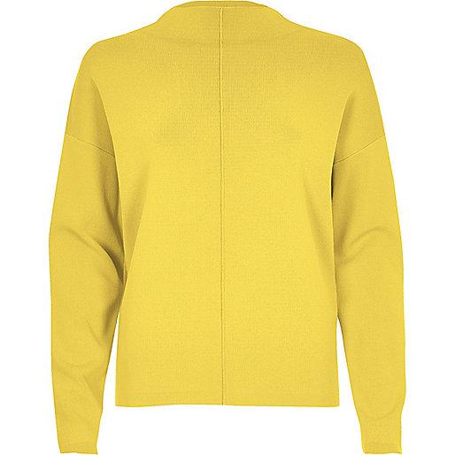 Pull jaune à coutures apparentes