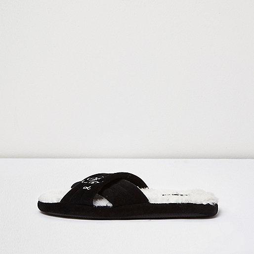 Schwarze Slipper mit überkreuzten Riemen
