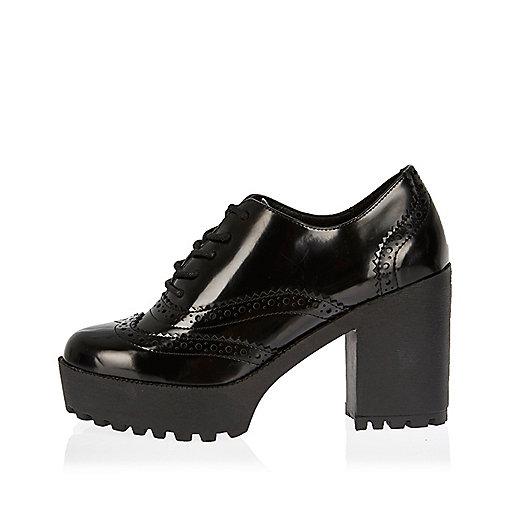 Chaussures richelieu noires vernies à gros talons