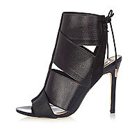 Schwarze Stiefel mit elastischem Riemen