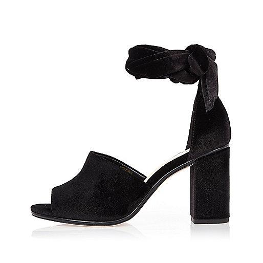 Sandales en velours noir à talons carrés