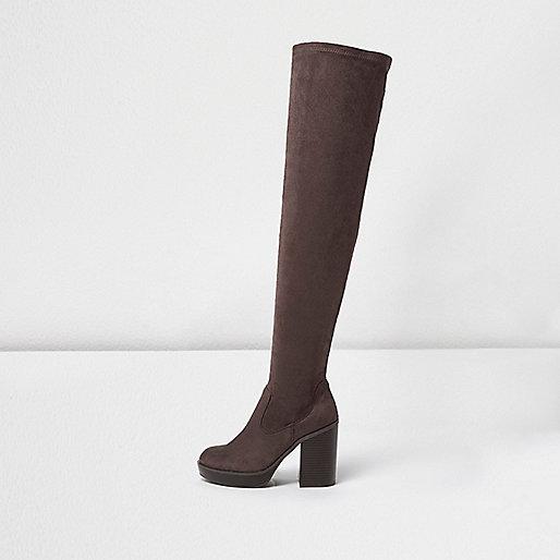 Dunkelbraune, kniehohe Stiefel mit Plateausohle