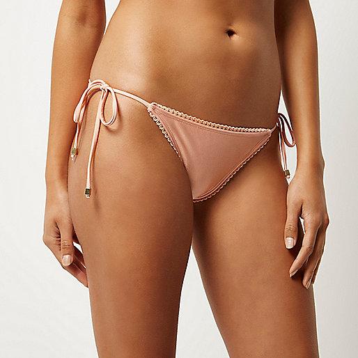 Bas de bikini rose clair à bordure festonnée
