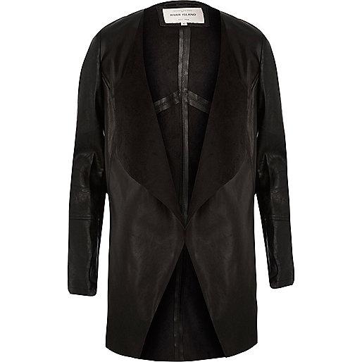 Schwarze, vorn offene Jacke im Leder-Look
