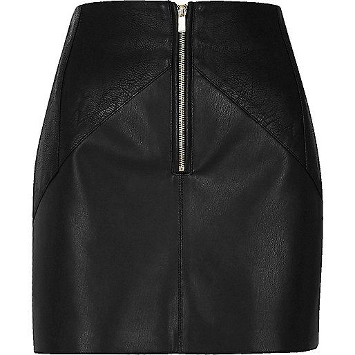 Mini-jupe en cuir synthétique noire avec empiècements plissés