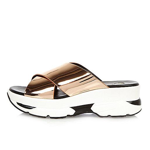 Sandales dorées à brides croisées façon baskets