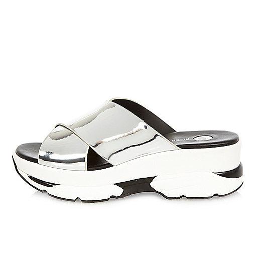Sandales argentées à brides croisées façon baskets