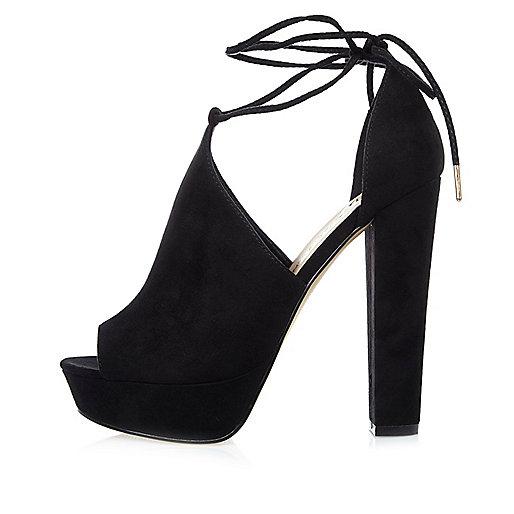 Chaussures noires en daim à talons carrés et plateformes