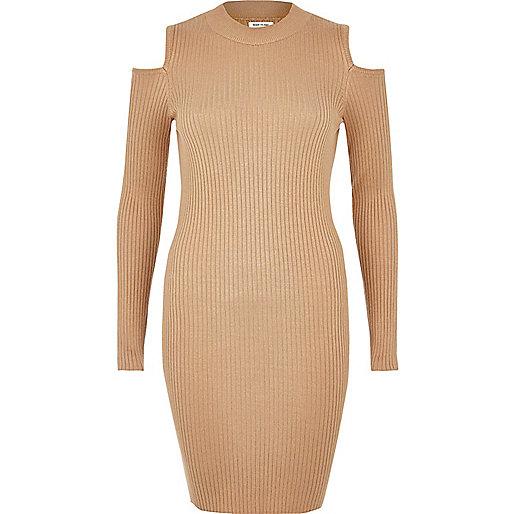 Hellbraunes Kleid mit Schulterausschnitten