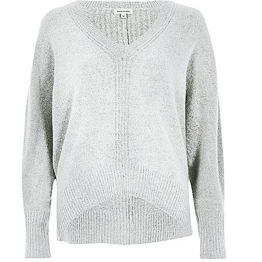 Grauer Pullover mit Fledermausärmeln
