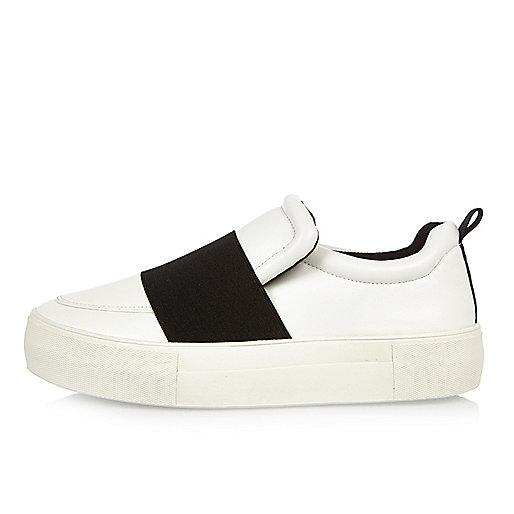 Weiße, flache Sneaker mit elastischem Einsatz
