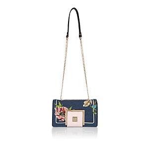 Blaue Handtasche mit Stickerei und Kettenriemen