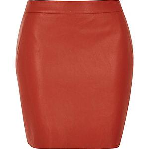 Mini-jupe en cuir synthétique rouge