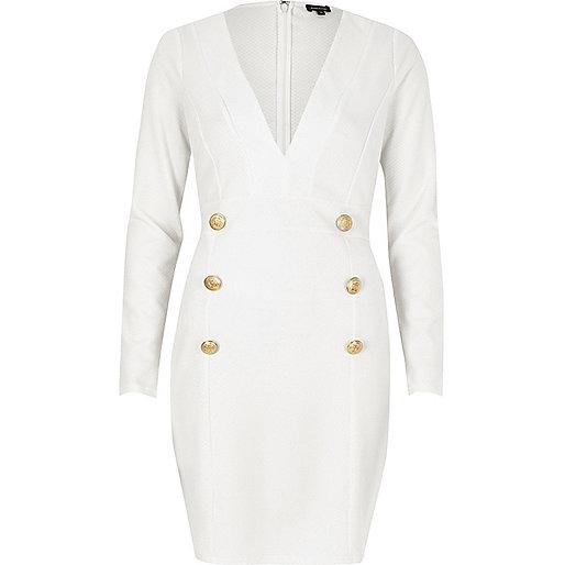 Robe blanche à décolleté plongeant à boutons