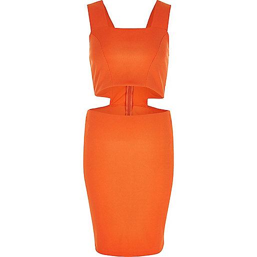 Rotes Kleid mit Ausschnitten