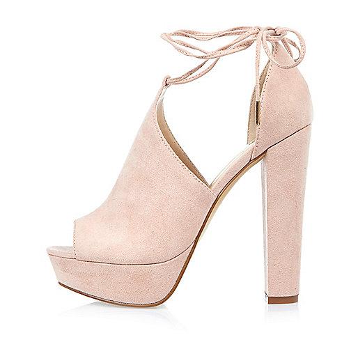 Chaussures roses en daim à talons carrés et plateformes