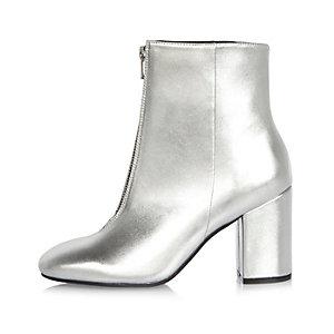 Silberne Stiefel mit Reißverschluss vorn