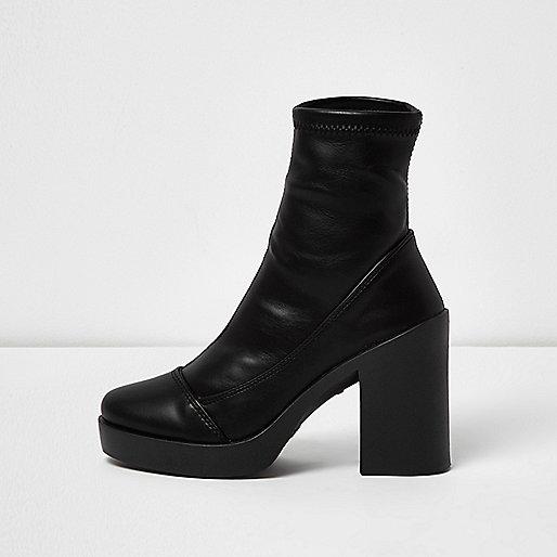 Schwarze Stiefel mit Plateauabsatz