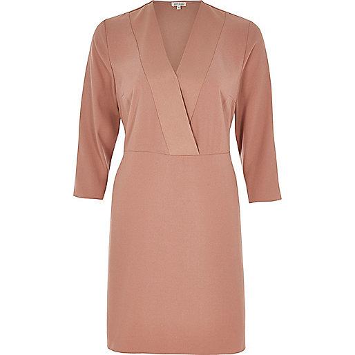 Robe style cache-cœur en satin rose clair
