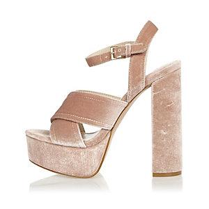 Chaussures roses à plateforme, talons et lanières croisées