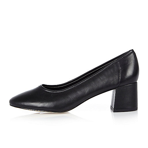 Chaussures moulantes en cuir noires à talons carrés