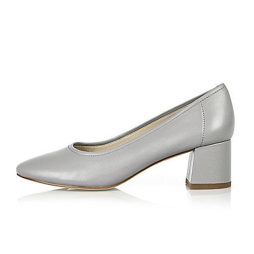 Chaussures moulantes en cuir grises à talons carrés