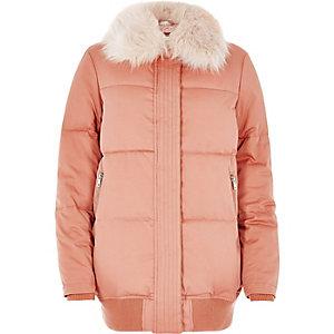 Manteau matelassé rose bordé de fausse fourrure