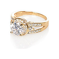 Bague dorée ornée d'un cristal