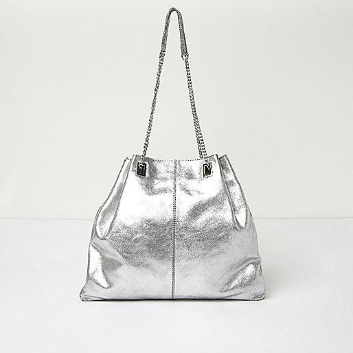 Silberne Tasche mit Lederriemen