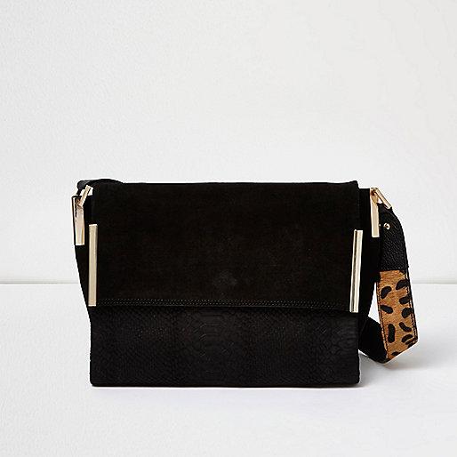 Schwarze Tasche mit Leopardenmuster und bedrucktem Riemen