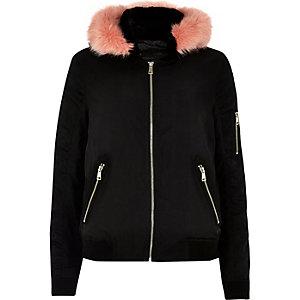 Blouson noir à capuche bordée de fausse fourrure contrastante