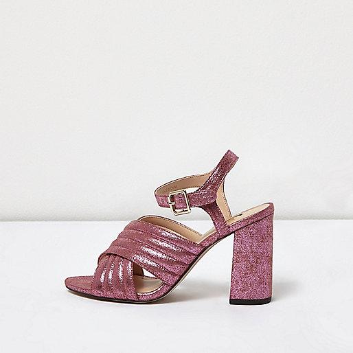 Chaussures roses à paillettes avec talons et brides croisées