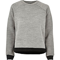 Pull gris à bordure contrastante et fente côté